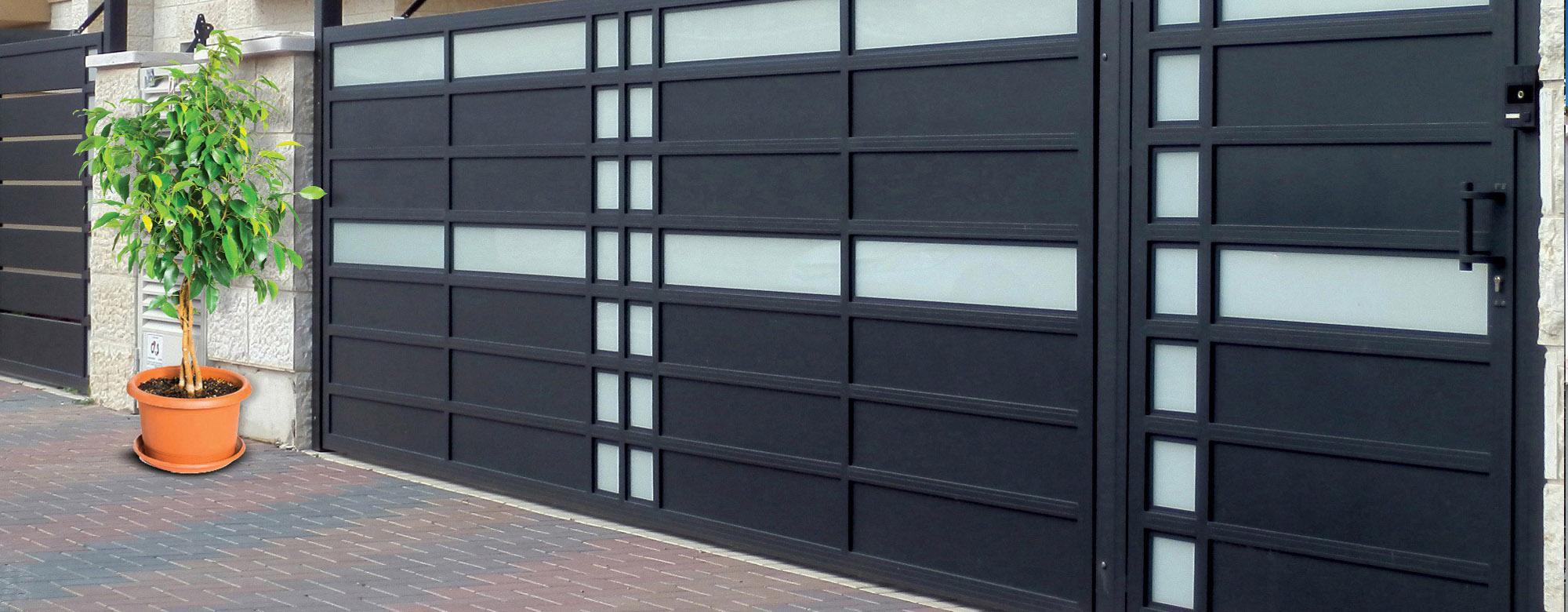 שער כניסה ושער לחניה תואמים משולבי זכוכית