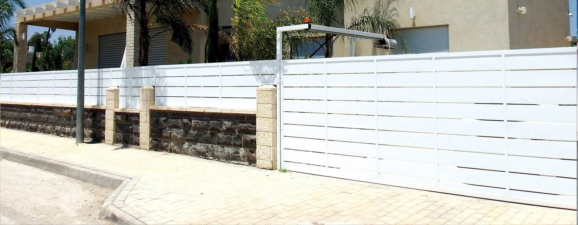 שער לחניה בעיצוב קלאסי של טרלידור